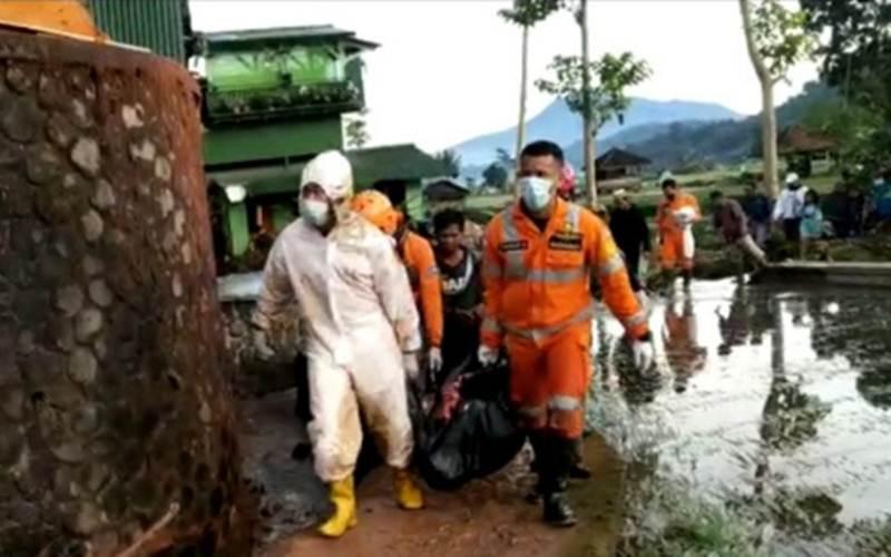 Petugas membawa jasad korban yang tewas diterjang banjir bandang di Desa Citengah, Kecamatan Sumedang Selatan, Kabupaten Sumedang, Jawa Barat, Jumat (26/3/2021)./Antara - HO/Basarnas