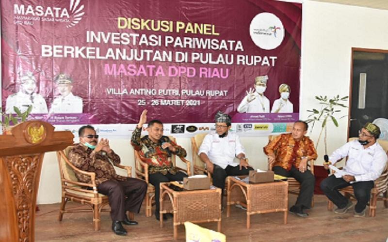 Wakil Bupati Bengkalis, Bagus Santoso (Kedua kiri), dan Ketua DPD Masata Riau Ahmad Fadli (tengah) dalam diskusi pariwisata berkelanjutan di Pulau Rupat. Pemkab Bengkalis saat ini sedang menyiapkan Perda Rencana Induk Pengembangan Pariwisata 2021-2035 sebagai peta jalan pengembangan kawasan pariwisata di wilayah tersebut.  -  Istimewa