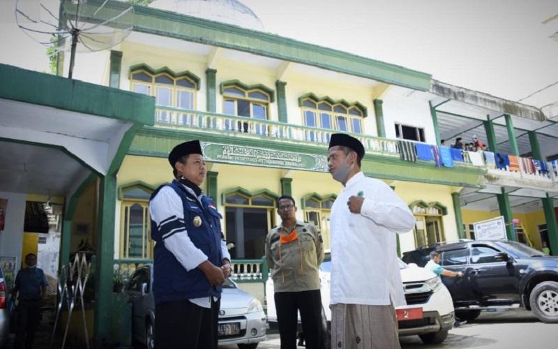 Wagub Jabar Uu Ruzhanul Ulum (kiri) saat mengunjungi salah satu pesantren di Jabar