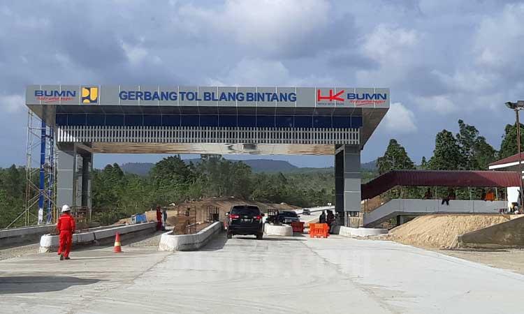Kendaraan berada di gerbang tol Blang Bintang di ruas Tol Sigli-Banda Aceh di Aceh, Jumat (21/2 - 2020). Tol pertama di Aceh ini memiliki panjang total 74,2 kilometer dengan biaya investasi Rp12,35 triliun dan ditargetkan bisa rampung seluruhnya pada 2021. Bisnis/Agne Yasa.