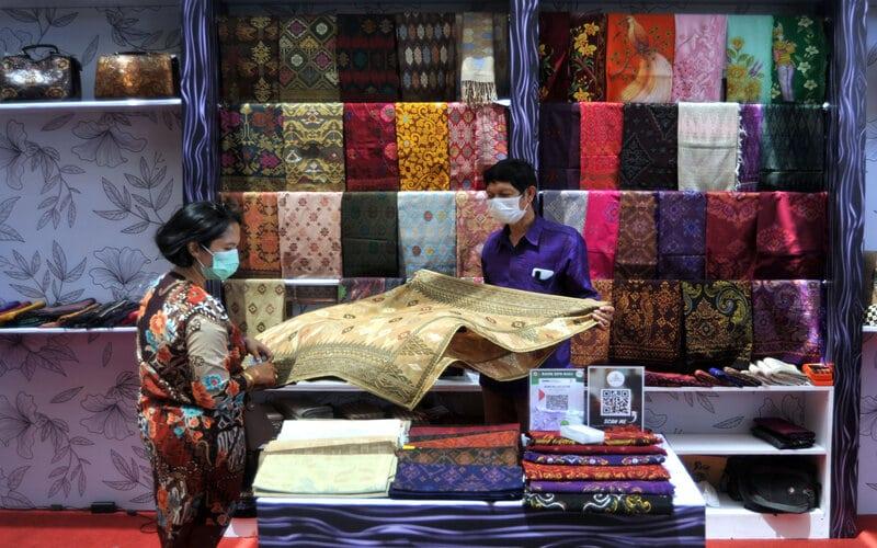 Peserta mengamati produk kerajinan di stan pameran saat kegiatan Bali Investment Forum bertajuk