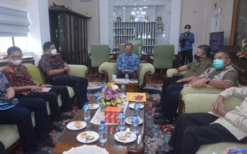 Wali Kota Palembang Harnojoyo (tengah) menyimak pemaparan terkait penataan rumah tidak layak huni dari Kementerian PUPR. istimewa