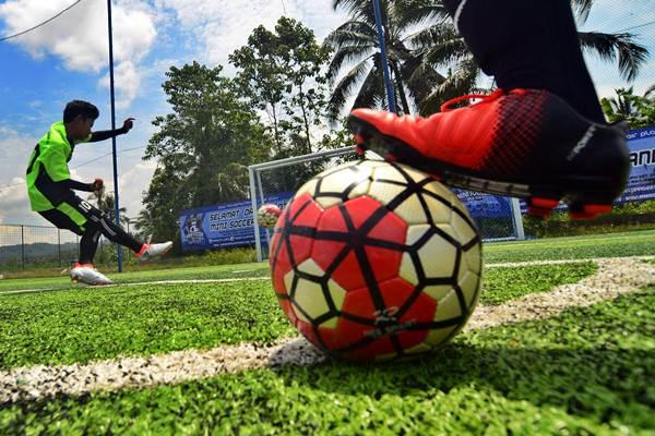 Pemain sepak bola sedang berlatih  - Antara/Adeng Bustomi