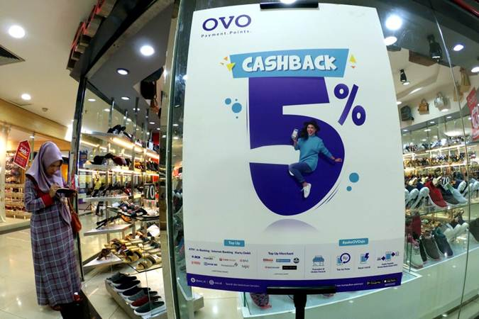 Poster promo platform pembayaran digital OVO terpampang di salah satu gerai fesyen pusat perbelanjaan di Bandung, Jawa Barat, Kamis (28/2/2019). - Bisnis/Rachman