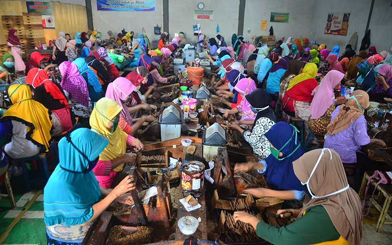 Pekerja melinting rokok jenis Sigaret Kretek Tangan (SKT) di Kawasan Industri Hasil Tembakau (KIHT), Megawon, Kudus, Jawa Tengah, Jumat (11/12/2020)./ ANTARA FOTO - Yusuf Nugroho