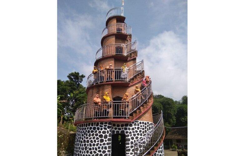 Pengunjung mengelilingi anak tangga Menara Baskoro di Dukuh Pandanan, Desa Soropaten, Kecamatan Karanganom beberapa waktu lalu. - Istimewa