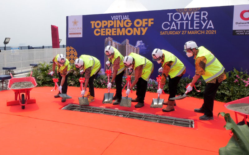 Topping off Tower Cattleya di proyek TOD superblok Sakura Garden City di Cipayung, Jakarta Timur. - Istimewa