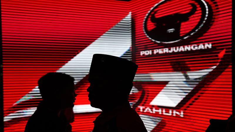 Sejumlah kader melintasi papan digital dalam penutupan Rapat Kerja Nasional (Rakernas) I Partai Demokrasi Indonesia Perjuangan (PDIP) di Jakarta, Minggu (12/1/2020). - Antara