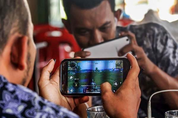 Warga bermain game online di Lhokseumawe, Provinsi Aceh, Kamis (3/1/2019). - ANTARA/Rahmad