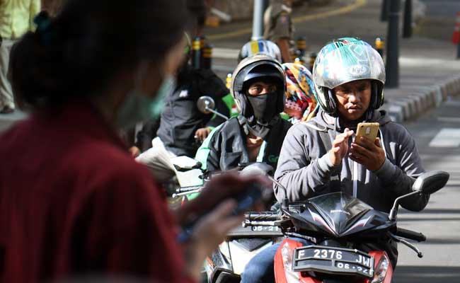 Warga mengorder ojek online di Jakarta. Bisnis - Abdurahman