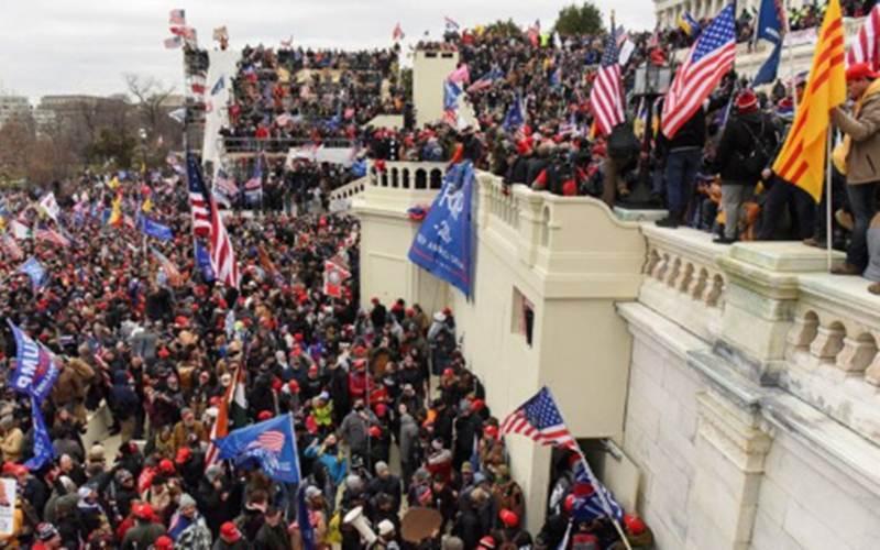 Para pendukung Presiden Amerika Serikat Donald Trump berkumpul di depan Gedung U.S. Capitol di Washington, Amerika Serikat, Rabu (6/1/2021)./Antara - Reuters - Stephanie Keith