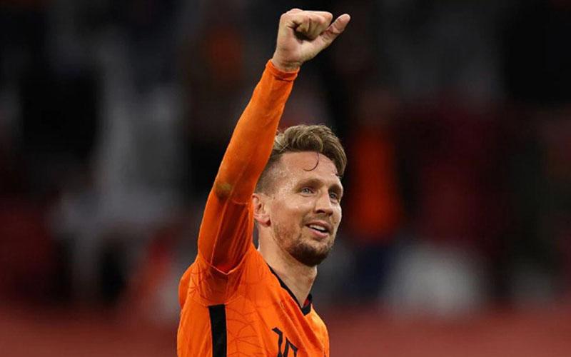 Penyerang Timnas Belanda Luuk de Jong selepas menjebol gawang Latvia. - uefa.com