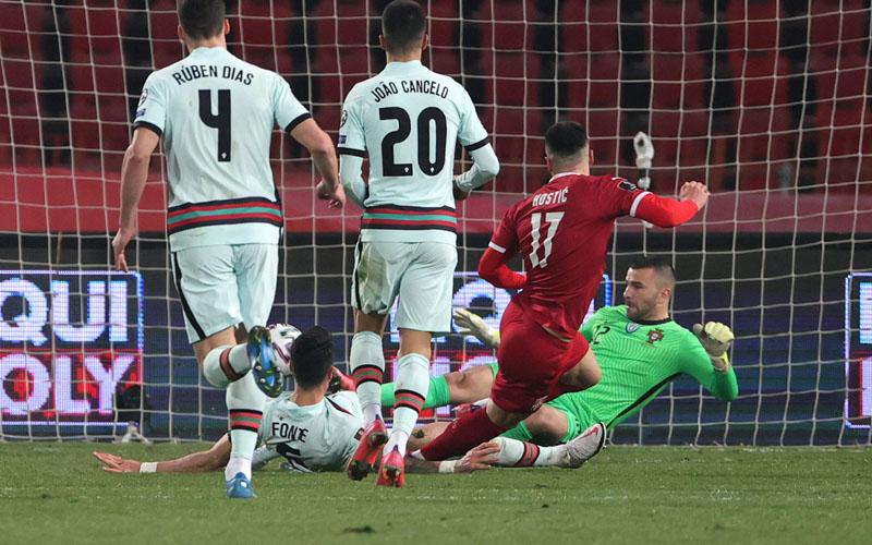 Filip Kostic (kedua kanan) mencetak gol kedua Serbia ke gawang Portugal. - FIFA.com