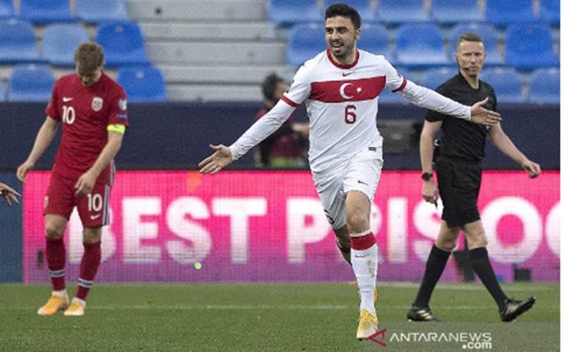 Ekspresi bahagia gelandang Ozan Tufan setelah mencetak gol dalam pertandingan Kualifikasi Piala Dunia 2022 Grup G zona Eropa lawan Norwegia di La Rosaleda, Malaga pada 28 Maret 2021./Antara - AFP/Jorge Guerrero