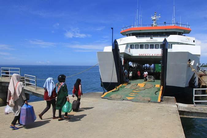 Sejumlah penumpang bersiap memasuki Kapal Motor Penyeberangan (KMP) Teluk Sinabang di Pelabuhan Penyeberangan Meulaboh-Sinabang Desa Gampong Teungoh, Samatiga, Aceh Barat, Aceh, Minggu (26/5/2019). - ANTARA/Syifa Yulinnas