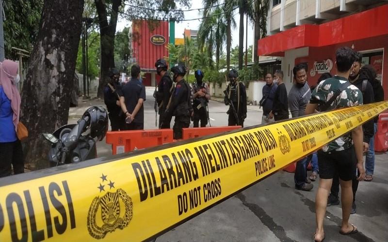 Garis Polisi di sekitar Gereja Katedaral Makassar, lokasi ledakan yang diduga bom bunuh diri, Minggu (28/3/2020) - Paulus Tandi Bone