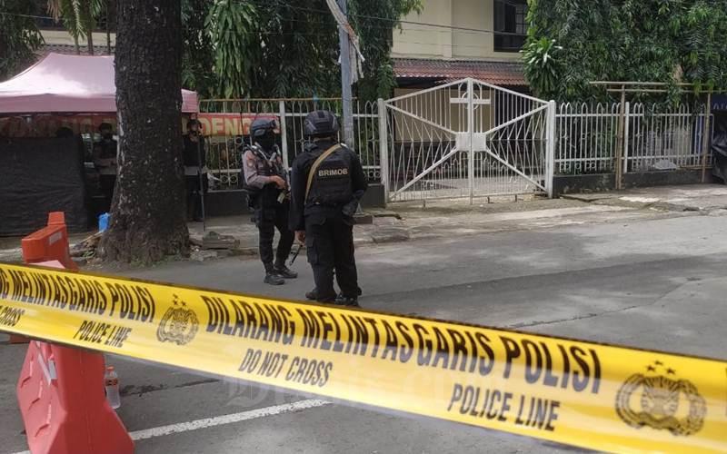 Aparat berjaga di depan Gereja Katedral Makassar - Bisnis/Paulus Tandi Bone