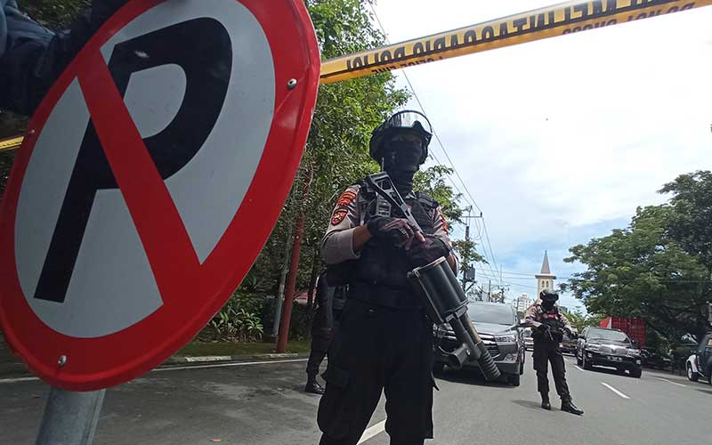 Petugas kepolisian berjaga di lokasi dugaan bom bunuh diri di depan Gereja Katedral Makassar, Sulawesi Selatan, Minggu (28/3/2021). - Antara/Abriawan Abhe