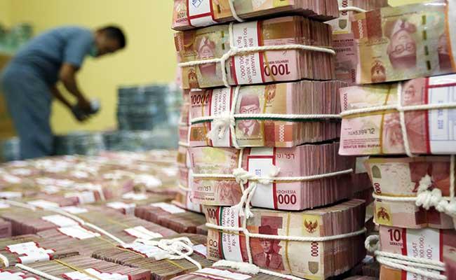 Karyawan menata uang rupiah di Cash Center Bank BNI di Jakarta, Rabu (10/7/2019). Bisnis - Abdullah Azzam