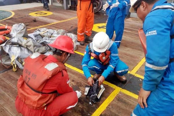 Ilustrasi: Awak kapal Pertamina mengamati serpihan pesawat Lion Air bernomor penerbangan JT610 rute Jakarta-Pangkalpinang yang jatuh di laut utara Karawang, Jawa Barat, Senin (29/10/2018). - ANTARA/HO/Pertamina