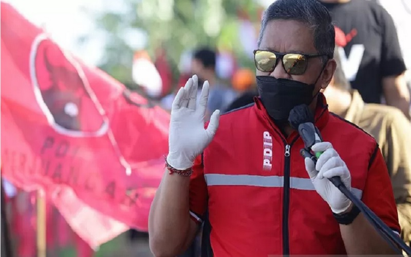 Sekretaris Jenderal Partai Demokrasi Indonesia Perjuangan (PDI-P) Hasto Kristiyanto saat menghadiri acara tanam pohon dan tebar benih ikan di Waduk Rawa Lindung, Pesanggrahan, Jakarta, Minggu (21/3/2021). - Antara\r\n