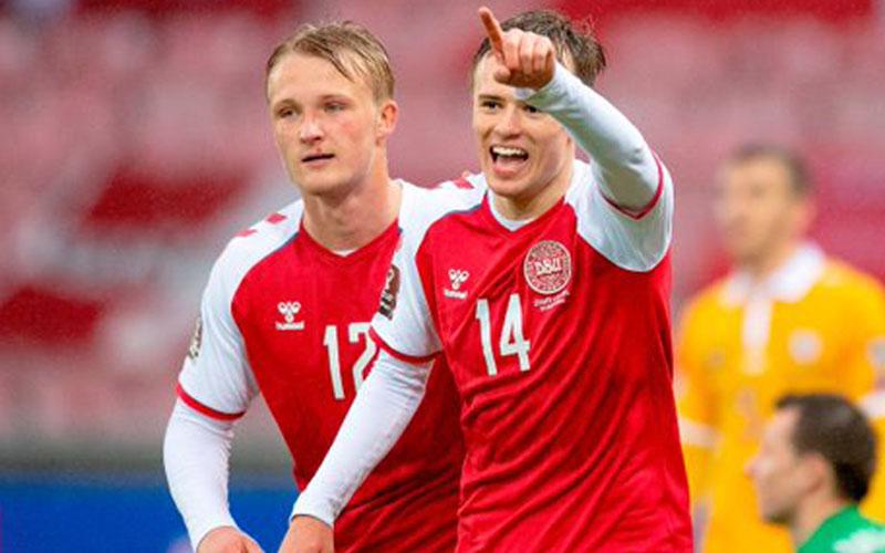 Pemakin Denmark Mikkel Damsgaard (kanan) merayakan golnya ke gawang Moldova bersama Kasper Dolberg. Keduanya masing-masing mencetak dua gol dalam pertandingan tersebut. - Twitter@DanishFooty