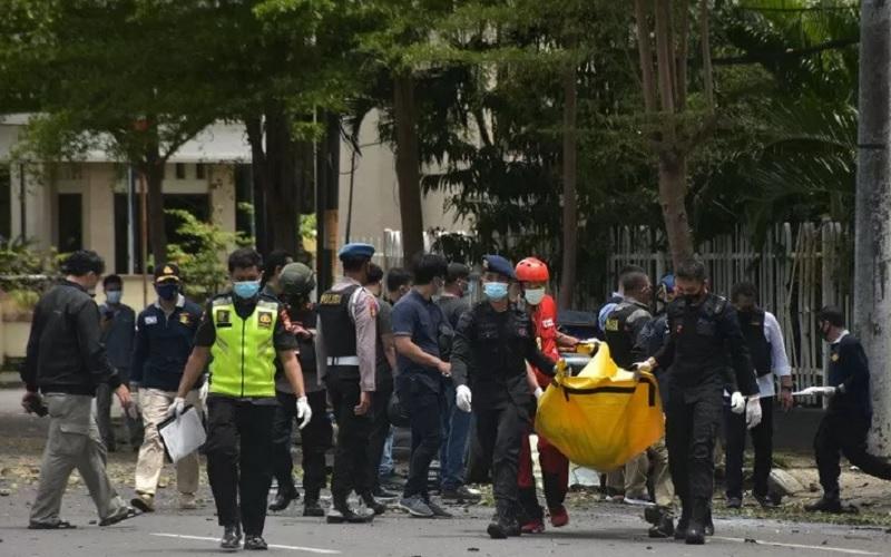 rnPetugas Kepolisian mengangkat kantong jenazah berisi bagian tubuh dari terduga pelaku bom bunuh diri di depan Gereja Katedral Makassar, Sulawesi Selatan, Minggu (28/3/2021). Bagian tubuh jenazah tersebut selanjutnya dibawa ke Rumah Sakit Bhayangkara Makassar untuk diidentifikasi. - Antara\r\n.\r\n