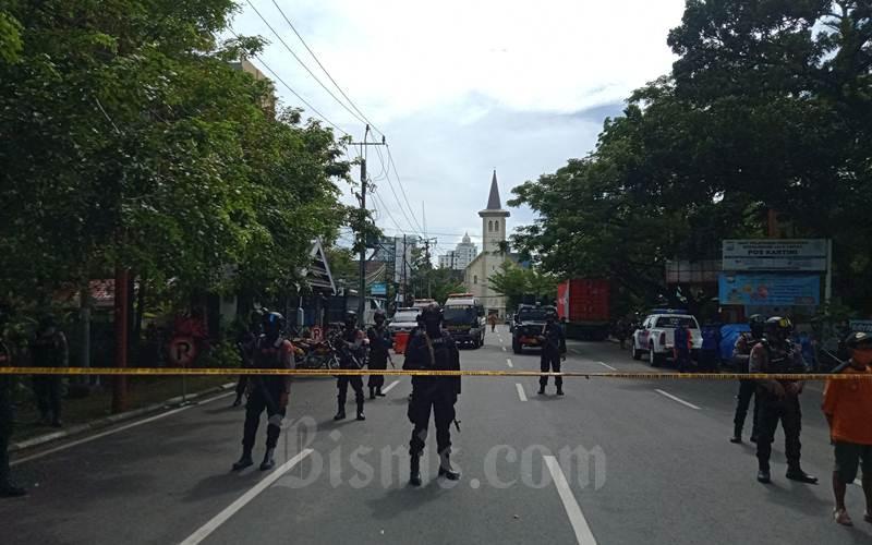 Penjagaan ketat dilakukan Polisi di sekitar lokasi aksi bom bunuh diri di Gereja Katedral, Jl Kajoalalido, Makassar, Minggu (28/3/2021). - Bisnis/Wahyu Susanto