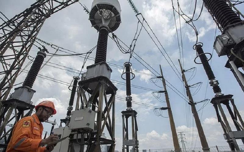 Petugas Area Pelaksana Pemeliharaan (APP) Cawang PT PLN (Persero) Transmisi Jawa Bagian Barat melakukan pemeriksaan rutin panel di Gardu Induk 150 KV Mampang Dua, Jakarta. - Antara