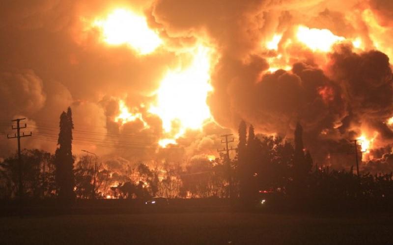 Api membumbung tinggi saat terjadi kebakaran di kompleks Pertamina RU VI Balongan, Indramayu, Jawa Barat, Senin (29/3/2021) dini hari. - Antara