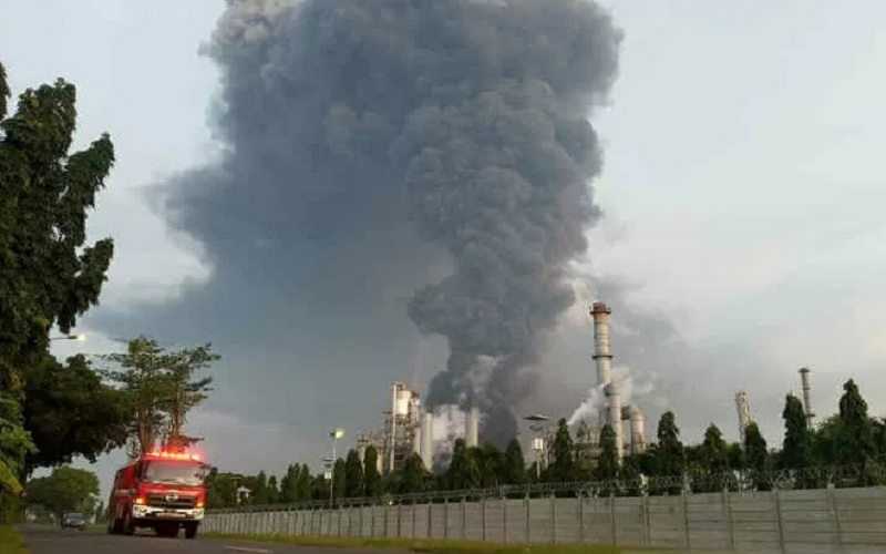 Mobil pemadam kebakaran melintas di lokasi kebakaran kilang PT Pertamina di Balongan, Jawa Barat, Senin (29/3/2021). - Antara