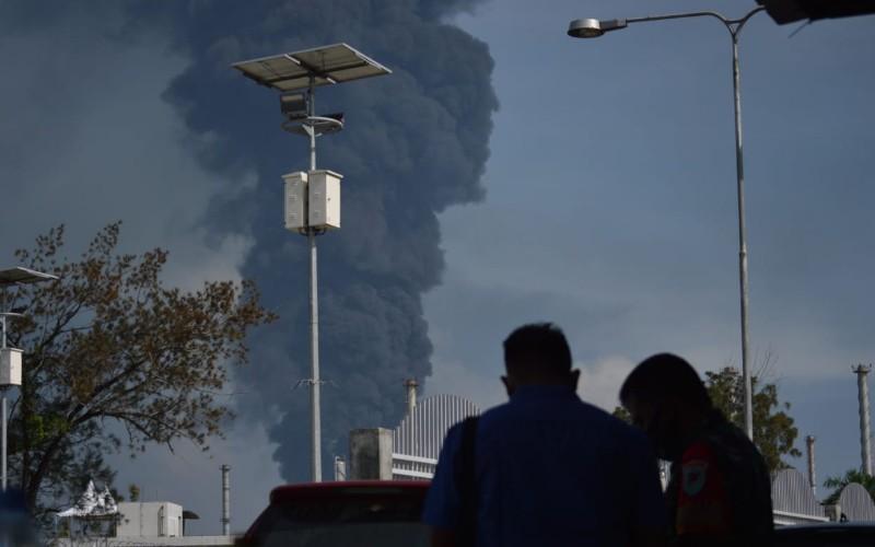 Asap hitam yang bersumber dari kebakaran kilang minyak di Balongan - Bisnis/Hakim Baihaqi