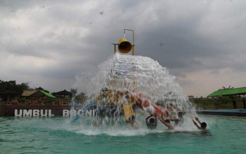 Anak-anak bermain pada wahana ember tumpah di salah satu kolam renang Umbul Brondong, Desa Ngrundul, Kecamatan Kebonarum, Minggu (31/1/2021). Umbul Brondong buka lagi sejak Rabu (27/1/2021) dengan menerapkan pembatasan pengunjung maksimal 30 persen dari kapasitas dan jam buka maksimal hingga pukul 15.00 WIB. - JIBI/Taufiq Sidik Prakoso.