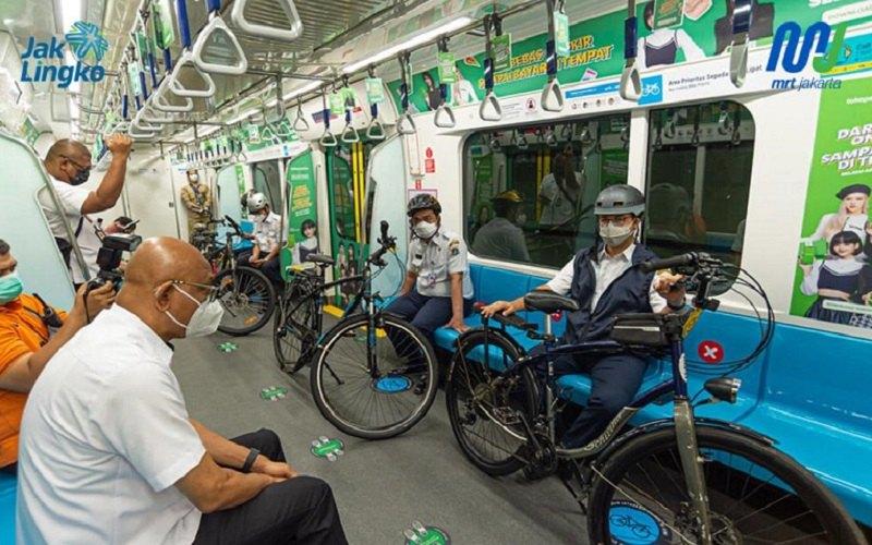 Gubernur DKI Jakarta Anies Baswedan dan Wakil Gubernur DKI Ariza Patria melakukan uji coba untuk membawa sepeda nonlipat ke dalam fasilitas MRT Jakarta. - MRT Jakarta
