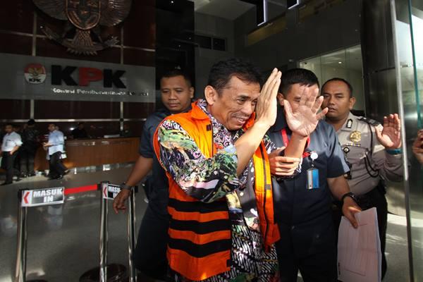Wali Kota nonaktif Madiun Bambang Irianto (kiri) digiring petugas seusai menjalani pemeriksaan di Gedung Merah Putih KPK, Jakarta, Rabu (8/2/2017).  - Antara