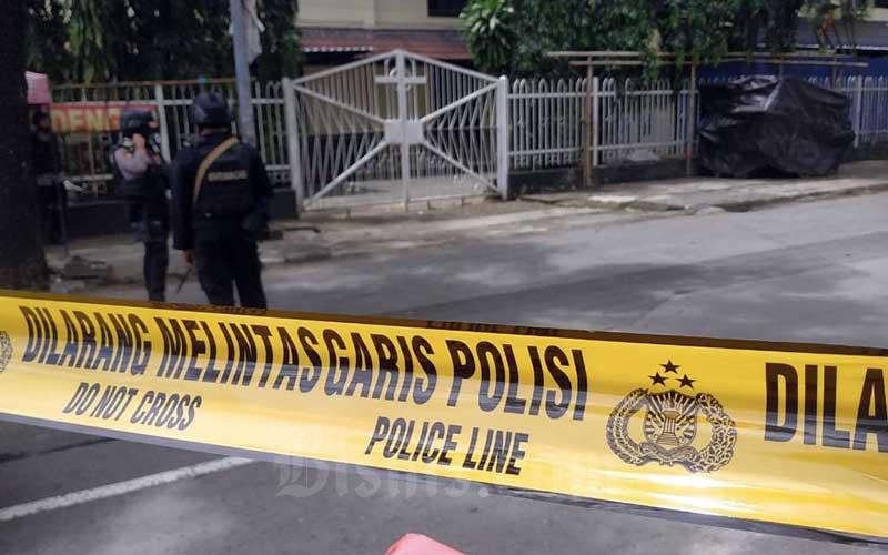Petugas kepolisian berjaga di lokasi dugaan bom bunuh diri di depan Gereja Katedral Makassar, Sulawesi Selatan, Minggu (28/3/2021). Bisnis - Paulus Tandi Bone