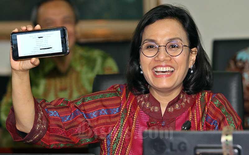 Menteri Keuangan Sri Mulyani menunjukan bukti pelaporan Surat Pemberitahuan (SPT) Tahunan di Kantor DJP, Jakarta, Selasa (10/3/2020). Bisnis - Eusebio Chrysnamurti