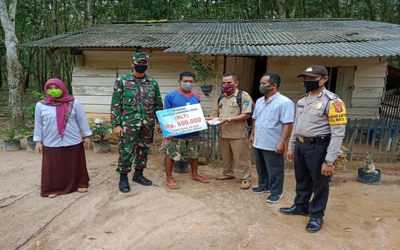 Warga di Kabupaten OKI, Sumsel menerima bantuan langsung tunai dana desa dari pemerintah. istimewa