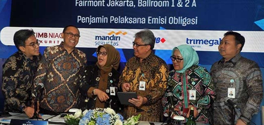 Direktur Utama Bank bjb Yuddy Renaldi (ketiga kanan), Direktur Operasional Tedi Setiawan (kiri), Direktur Kepatuhan Agus Mulyana (kedua kiri), Direktur Keuangan & Manajemen Risiko Nia Kania (ketiga kiri), Direktur Konsumer & Ritel Suartini (kedua kanan) dan Direktur IT, Treasury & International Banking Rio Lanasier, berbincang usai Investor Gathering, di Jakarta, Rabu (29/1/2020). - ANTARA FOTO/Audy Alwi