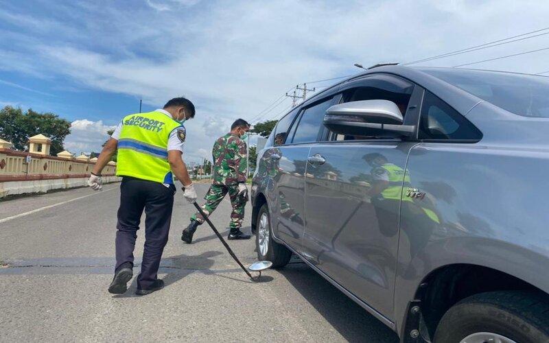 Pengecekan kendaraan di pintu masuk Bandara Ahmad Yani Semarang. - Istimewa
