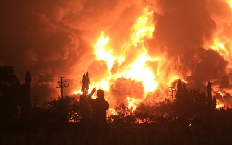 Api membubung tinggi saat terjadi kebakaran di kompleks Pertamina RU VI Balongan, Indramayu, Jawa Barat, Senin (29/3/2021) dini hari. - Antara
