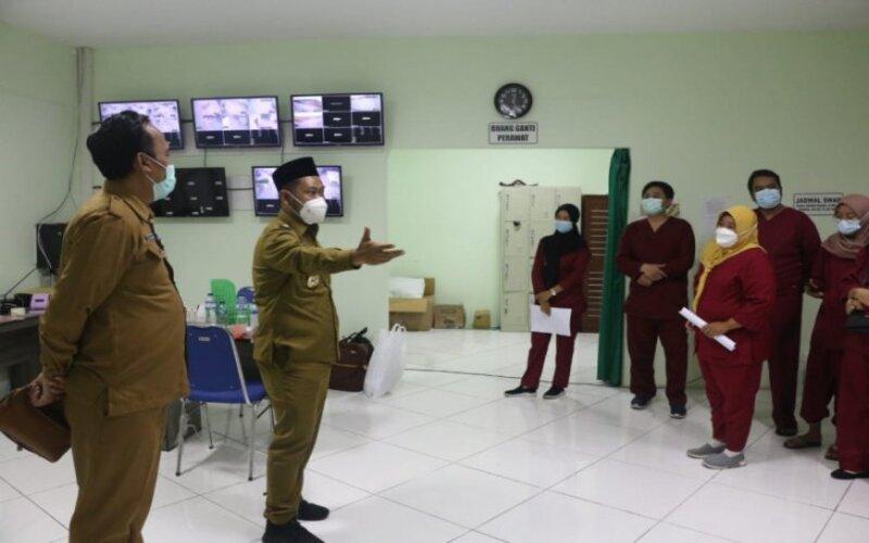 Bupati Gresik, Fandi Akhmad Yani (tengah) saat meninjau RS Lapangan Gelora Joko Samudro, Kabupaten Gresik. - Antara/Pemkab Gresik.