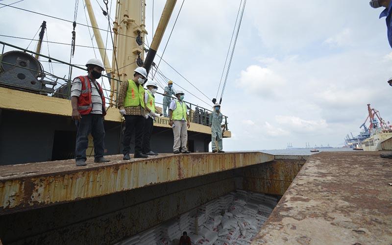 Impor gula kristal putih tahap pertama oleh PT Rajawali Nusantara Indonesia telah tiba di Pelabuhan Tanjung Priok Jakarta, Minggu (28/3/2021).  - RNI