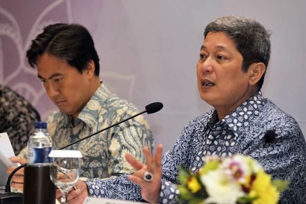 Mantan Deputi Gubernur Bank Indonesia, Erwin Rijanto (kanan) - Antara/Nyoman Budhiana