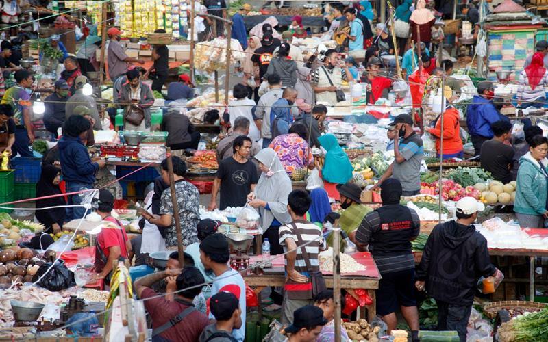 Aktivitas jual beli tanpa menerapkan protokol kesehatan di Pasar Cibinong, Kabupaten Bogor, Jawa Barat, Kamis (9/7/2020). ANTARA FOTO - Yulius Satria Wijaya