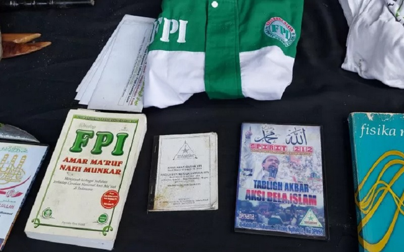 Polda Metro Jaya memperlihatkan atribut Front Pembela Islam (FPI) saat gelar barang bukti penangkapan terhadap tersangka teroris berinisial HH (56) di Jalan Raya Condet Nomor 1, Kramat Jati, Jakarta Timur, Senin (29/3/2021). - Antara\r\n