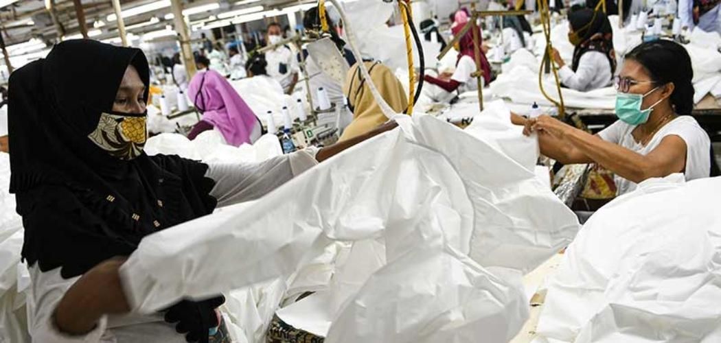 Pekerja perempuan memproduksi alat pelindung diri sebuah perusahaan garmen saat kunjungan Menteri Ketenagakerjaan Ida Fauziyah di Jakarta, Rabu (1/7/2020). - ANTARA FOTO/M Risyal Hidayat