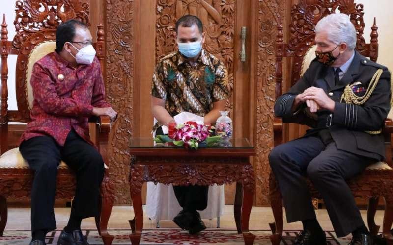Gubernur Bali Wayan Koster kiri menerima kunjungan Atase Pertahanan Kerajaan Inggris untuk Indonesia dan Timor Leste, Michael Longstaff di Rumah Jabatan, Jayasabha, Denpasar pada Senin (29/3/2021) -  istimewa