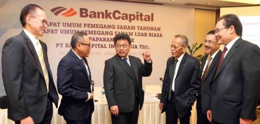 Direktur Utama PT Bank Capital Tbk Wahyu Dwi Aji (ketiga kiri) berbincang dengan Direktur Roy Iskandar Kusuma Widjaja (dari kiri), Direktur Gatot Wahyu Djatmiko, Komisaris Independen Amrih Masjhuri, Komisaris Independen Maxen B Nggadas, dan Direktur Gunarto Hanafi, sebelum RUPS di Jakarta, Kamis (27/6/2019). - Bisnis/Endang Muchtar