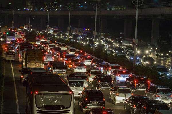 Ribuan kendaraan melewati ruas Tol Dalam Kota, di Jakarta, Jumat (8/6/2018). - ANTARA/Galih Pradipta